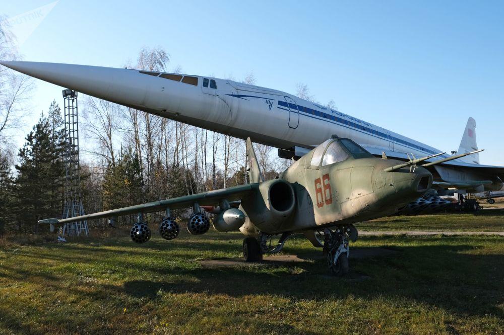 طائرة تو-144 وسو-25