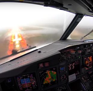 تصوير هبوط مخيف لطائرة من قمرة القيادة