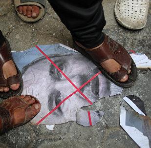 فلسطينيون يدوسون على صورة لوزير الدفاع الإسرائيلي أفيغدور ليبرمان في غزة