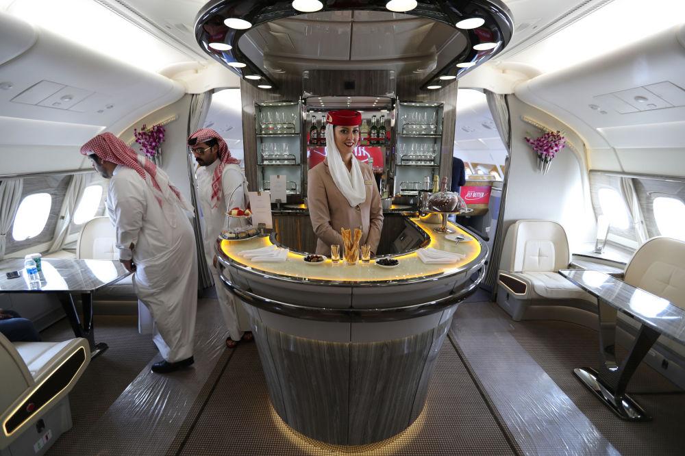زوار وضيوف داخل طائرة أيرباص أ380 التابعة لشركة الطيران Emirates Airlines الإمارتية، خلال العرض الجوي الدولي (2018 Bahrain International Airshow) في القاعدة الجوية الصخير في بحرين