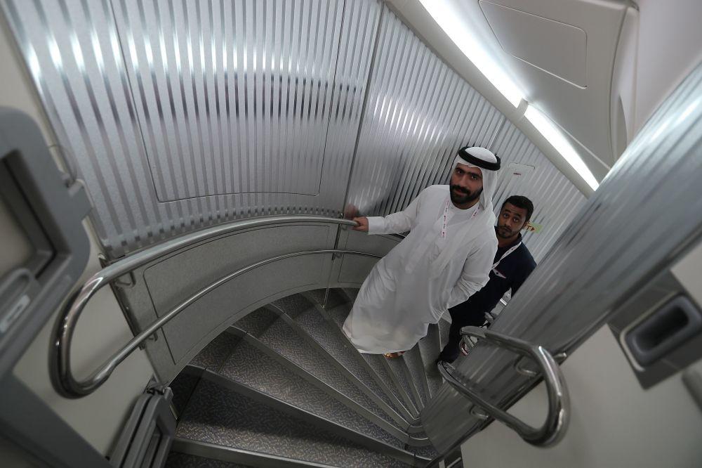 زوار وضيوف يدخلون أكبر طائرة ركاب في العالم أيرباص أ380 الإماراتية، خلال العرض الجوي الدولي (2018 Bahrain International Airshow) في القاعدة الجوية الصخير في بحرين