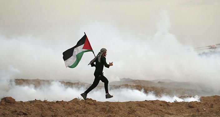 فلسطيني يركض بالقرب من الحدود بين قطاع غزة وإسرائيل، 16 نوفمبر/ تشرين الثاني 2018