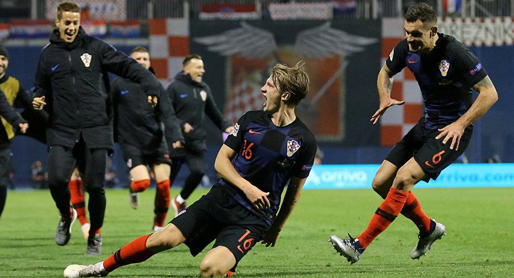 لاعبوا المنتخب الكرواتي يحتفلون بفوزهم على إسبانيا