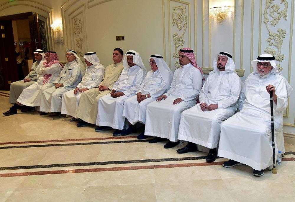 أقارب الصحفي السعودي جمال خاشقجي يستقبلون المعزين في جدة
