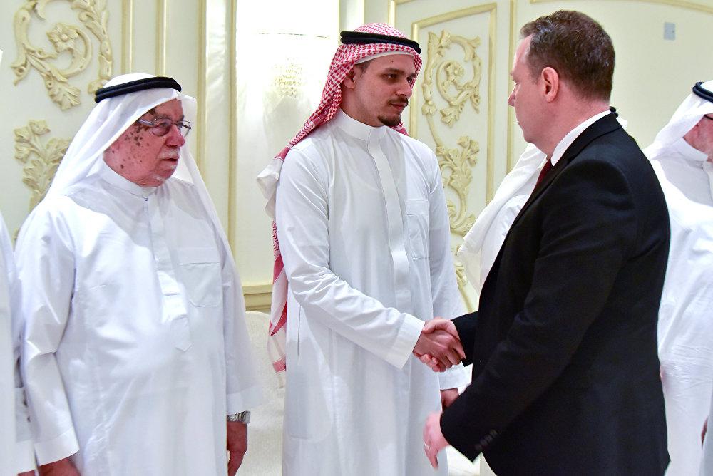 صلاح خاشقجي ابن الصحفي السعودي جمال خاشقجي يتلقى تعازيه من القنصل العام البريطاني سيف أشير في جدة
