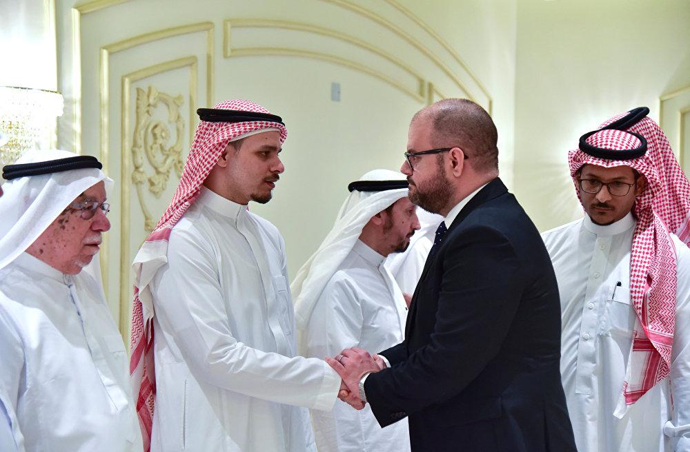 صلاح خاشقجي نجل الصحفي السعودي جمال خاشقجي يتلقى التعازي من ريان م القنصل العام الأمريكي في جدة
