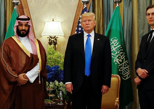 الرئيس الأمريكي دونالد ترامب يتوسط صهره جاريد كوشنر وولي العهد السعودي الأمير محمد بن سلمان