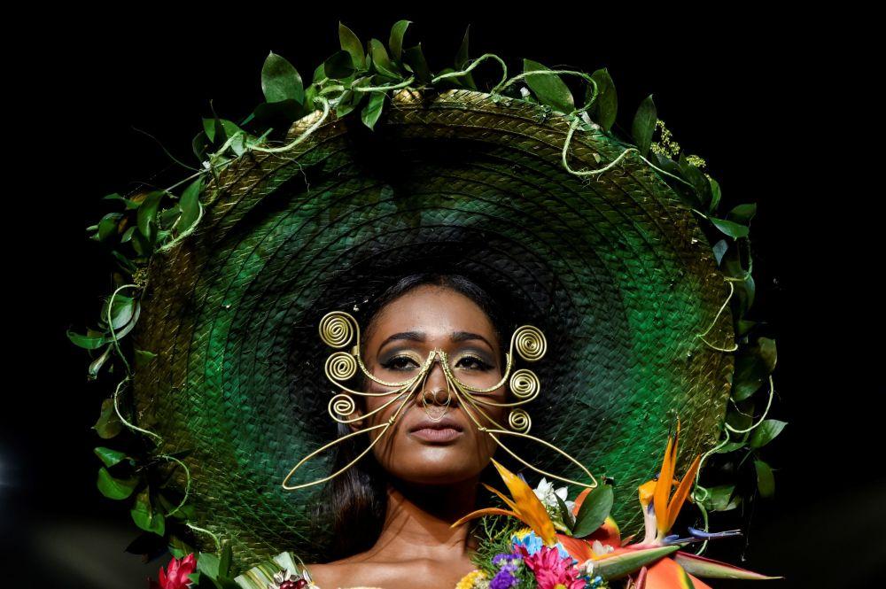تصميم المصمم الكولومبي أليخاندرو راموس خلال عرض الأزياء البيئي في مدينة كالي، كولومبيا 17 نوفمبر/ تشرين الثاني 2018