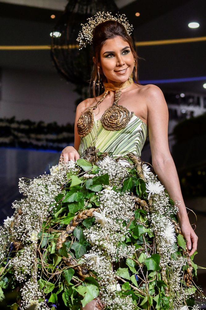 تصميم الكولومبية ليندا أليغارياس خلال عرض الأزياء البيئي في مدينة كالي، كولومبيا 17 نوفمبر/ تشرين الثاني 2018