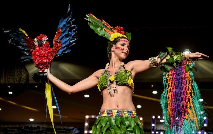 تصميم الكولومبية ساندرا راميريز خلال عرض الأزياء البيئي في مدينة كالي، كولومبيا 17 نوفمبر/ تشرين الثاني 2018
