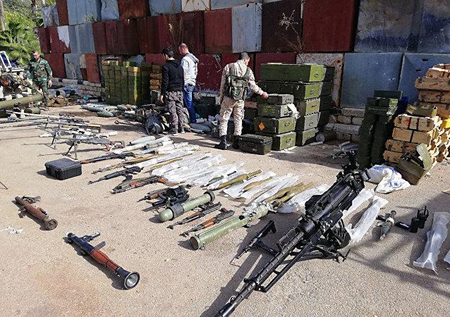 الجيش السوري يعثر على كميات كبيرة من أسلحة الإرهابيين، منها صواريخ أمريكية، في درعا