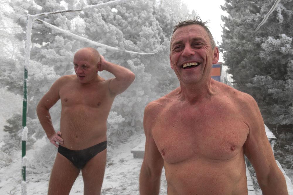 أعضاء نادي كريوفيل للسباحة الشتوية افتتحوا موسم السباحة الشتوية في نهر ينيسي