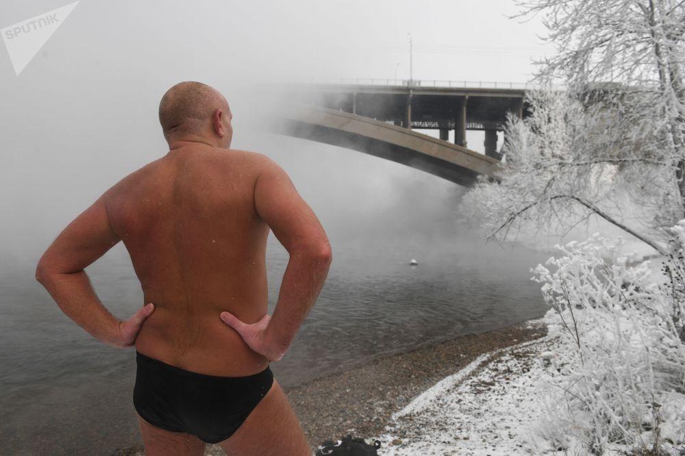 عضو نادي كريوفيل للسباحة الشتوية يستعد للسباحة