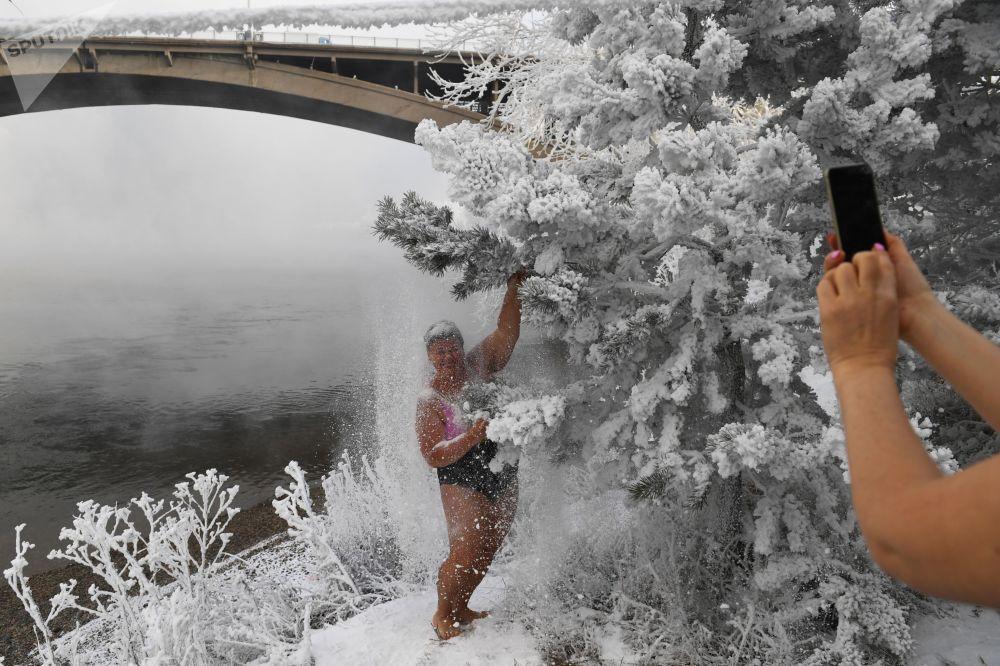 المشاركات في نادي كريوفيل للسباحة الشتوية، يلتقطون صورة جماعية على ضفة نهر ينيسي