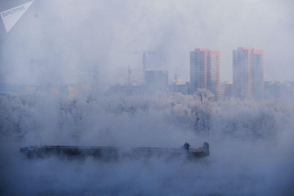 بارجة في نهر ينيسي في منطقة كراسنويارسك الروسي
