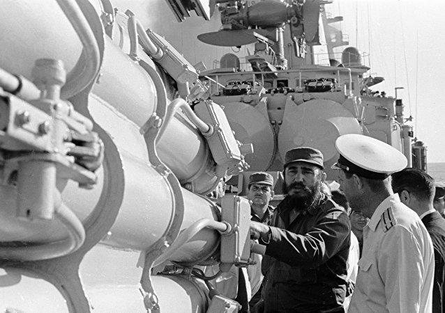 رئيس الوزراء الكوبي فيديل كاسترو يتفقد سفينة حربية سوفيتية (صورة ارشيفية)