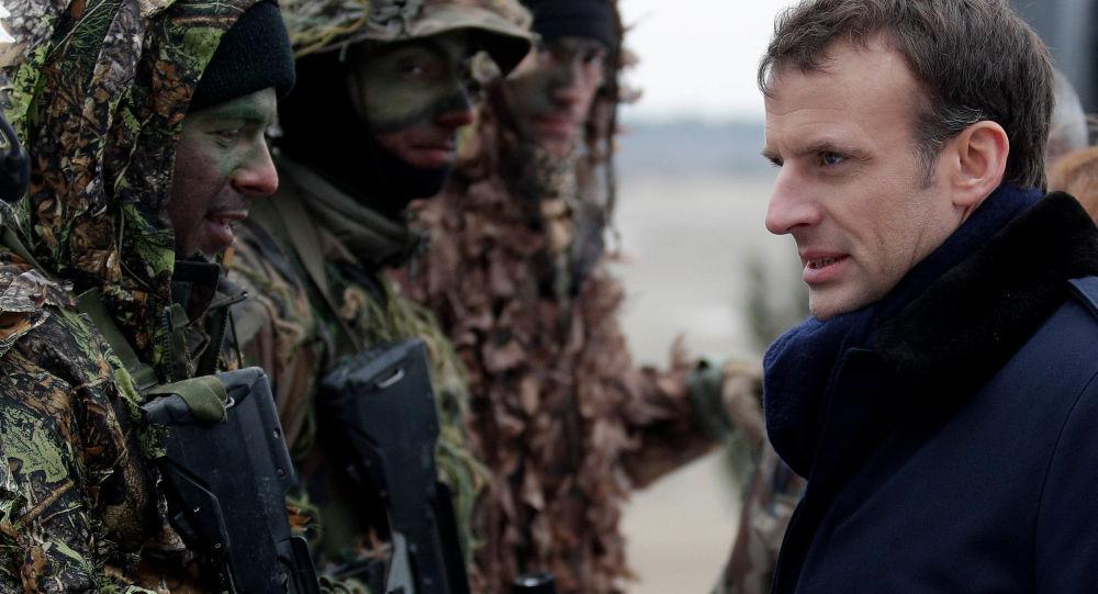 الرئيس الفرنسي إيمانويل ماكرون مع فرقة عسكرية فرنسية