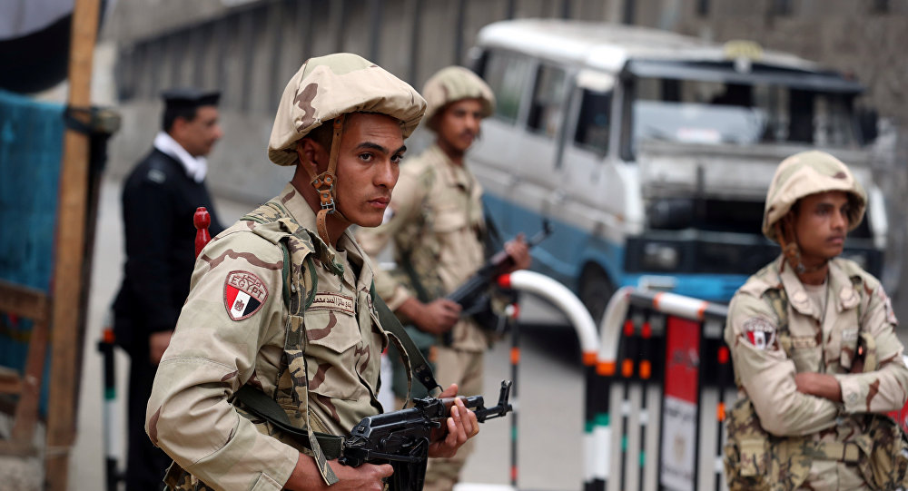 الجيش المصري - القوات المصرية - جنود مصريون خلال حراسة  مركز للشرطة خلال الانتخابات الرئاسية في القاهرة، 2018