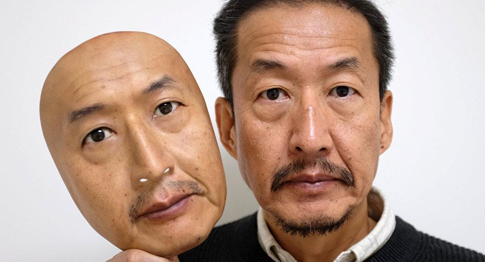 رئيس شركة (Real-f Co.) أوسامو كيتاغاوا يظهر قناع الوجه الواقعي في ورشة عمله في أوتسو، غرب اليابان، 15 نوفمبر/ تشرين الثاني  2018