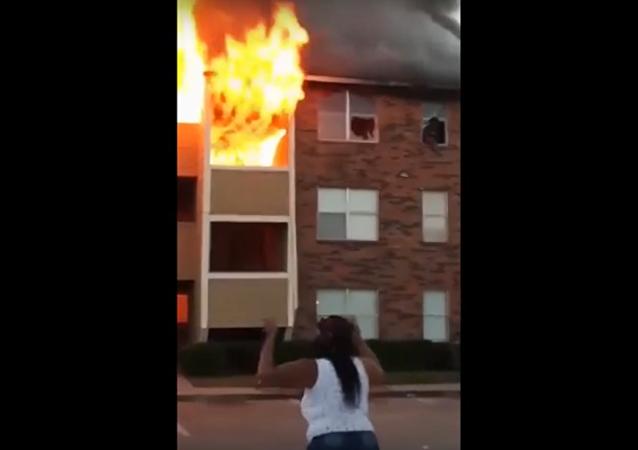 أم ترمي ولدها من النافذة لإنقاذه من الحريق