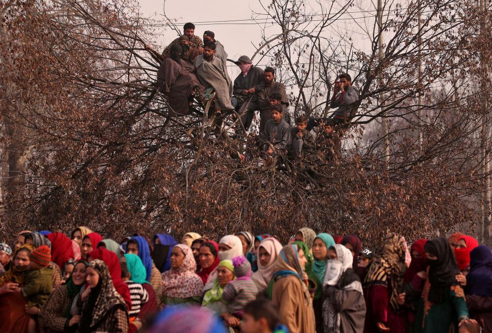 أشخاص خلال جنازة ياور أحمد، المشتبه بالتطرف، والذي قتل وفقا لإعلام محلي في اشتباك مع قوات الأمن الهندية في باتنور، 18 نوفمبر/ تشرين الثاني 2018