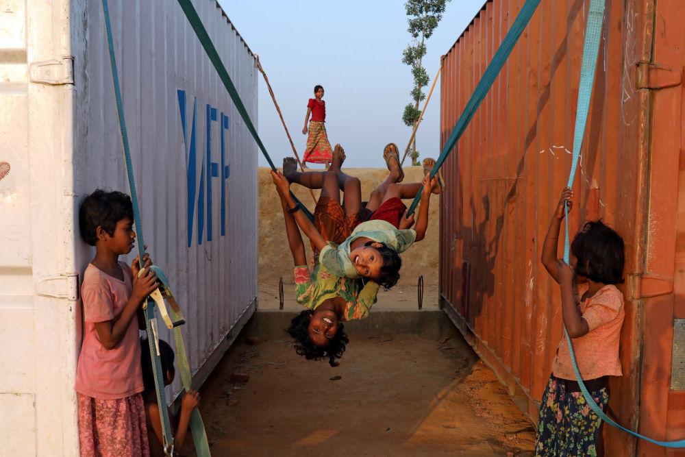 أطفال يلعبون في مخيم بالوخالي للاجئين قي مدينة كوكس بازار، بنغلادش 16 نوفمبر/ تشرين الثاني 2018
