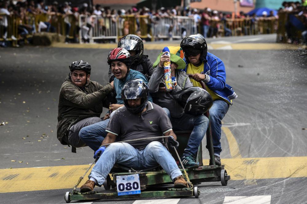المشاركون في مهرجان ميدلين للسيارات في نسخته الـ 29 في كولومبيا، 18 نوفمبر/ تشرين الثاني 2018
