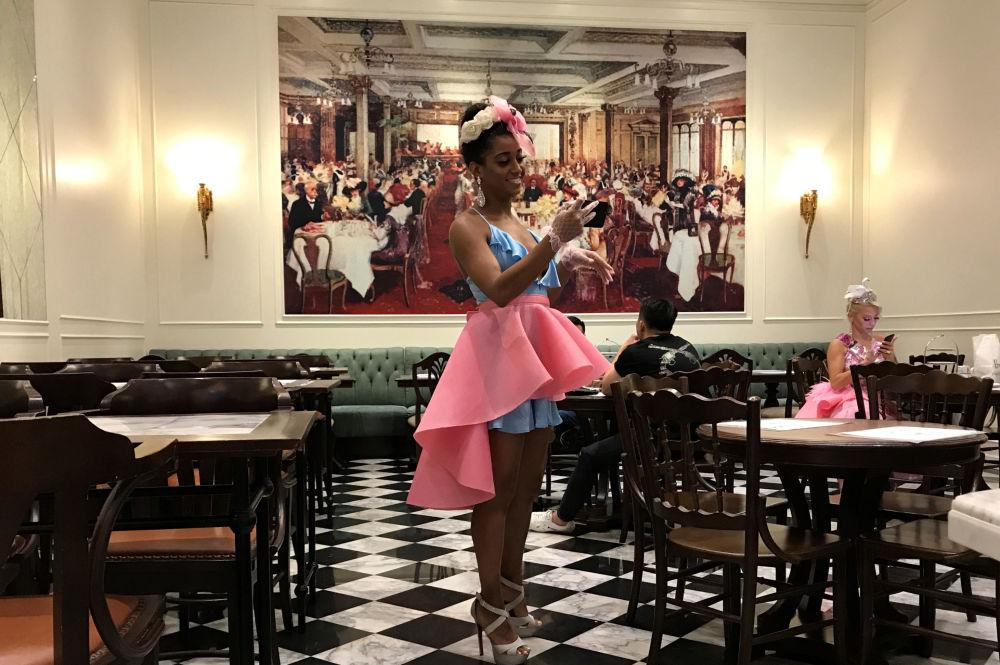 موظفة مطعم تتحقق من هاتفها أثناء حضور حفلة عيد ميلاد في أحد المقاهي في بانكوك، تايلاند 16 نوفمبر/ تشرين الثاني 2018