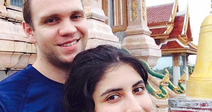 الأكاديمي البريطاني ماثيو هيدجز وزوجته دانييلا تيجادا في سيلفي لهما بتايلاند