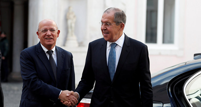 وزير الخارجية الروسي سيرغي لافروف مع نظيره البرتغالي في لشبونة