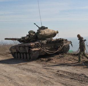 القوات الحكومية الأوكرانية تقف إلى جانب دبابة على خط المواجهة إلى الشرق من بحر مدينة آزوف ، مدينة ماريوبول ، أوكرانيا