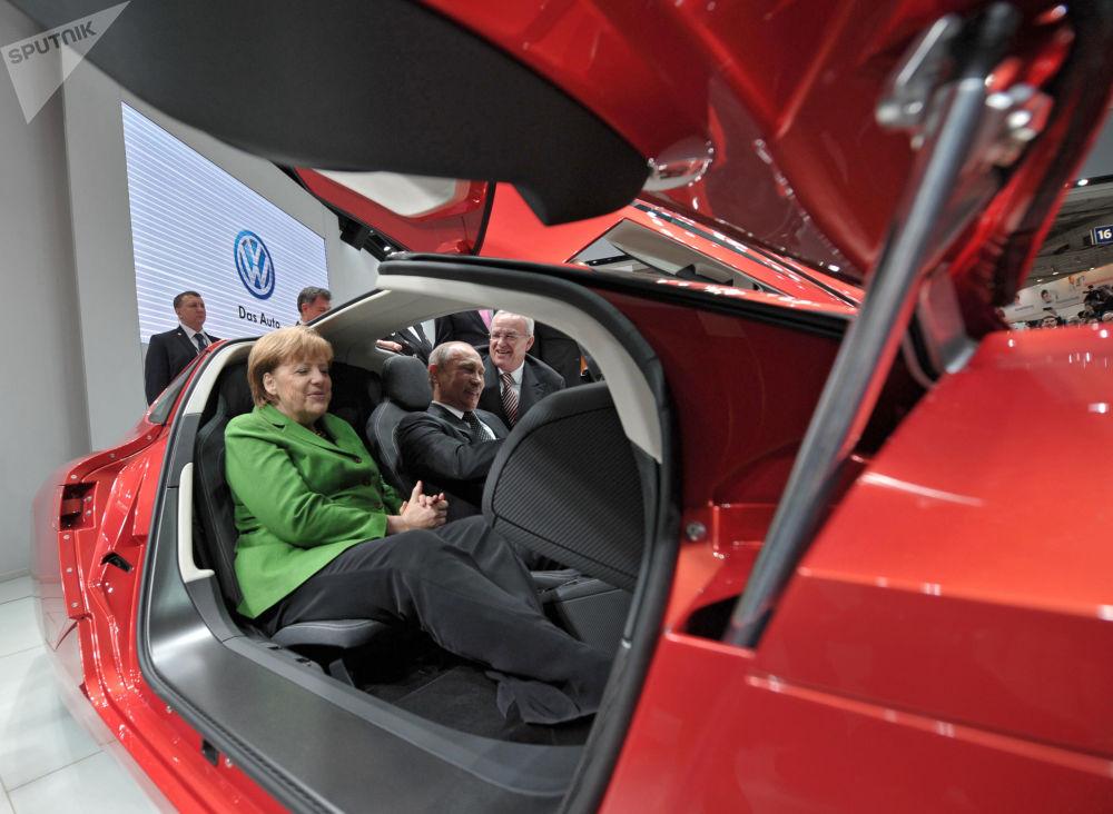 الرئيس الروسي فلاديمير بوتين والمستشارة الألمانية أنجيلا ميركل في المعرض الدولي للسيارات هانوفر 2013، عام 2013