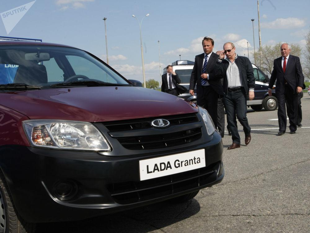 رئيس الوزراء الروسي فلاديمير بوتين يتفقد النموذج الجديد لسيارة لادا غرانتا