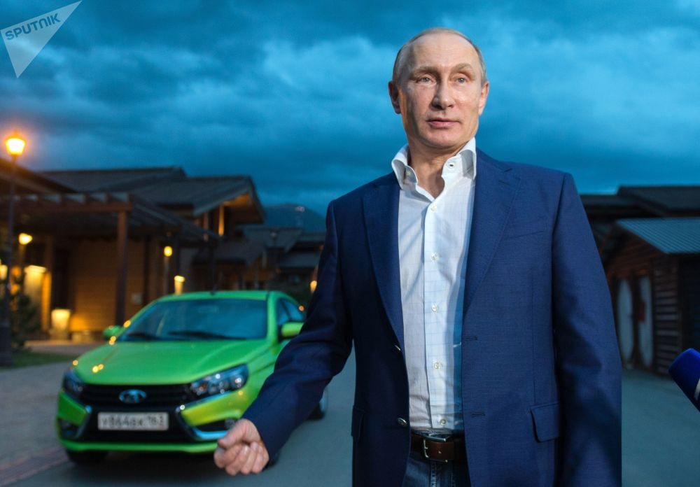 الرئيس الروسي فلاديمير بوتين يصل مجمع فندق بوليانا على سيارة لادا فيستا