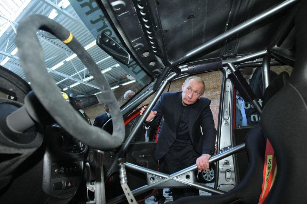 رئيس الوزراء الروسي فلاديمير بوتين يتفقد النموذج الجديد لسيارة في المركز التقني أفتوفازا، عام 2009