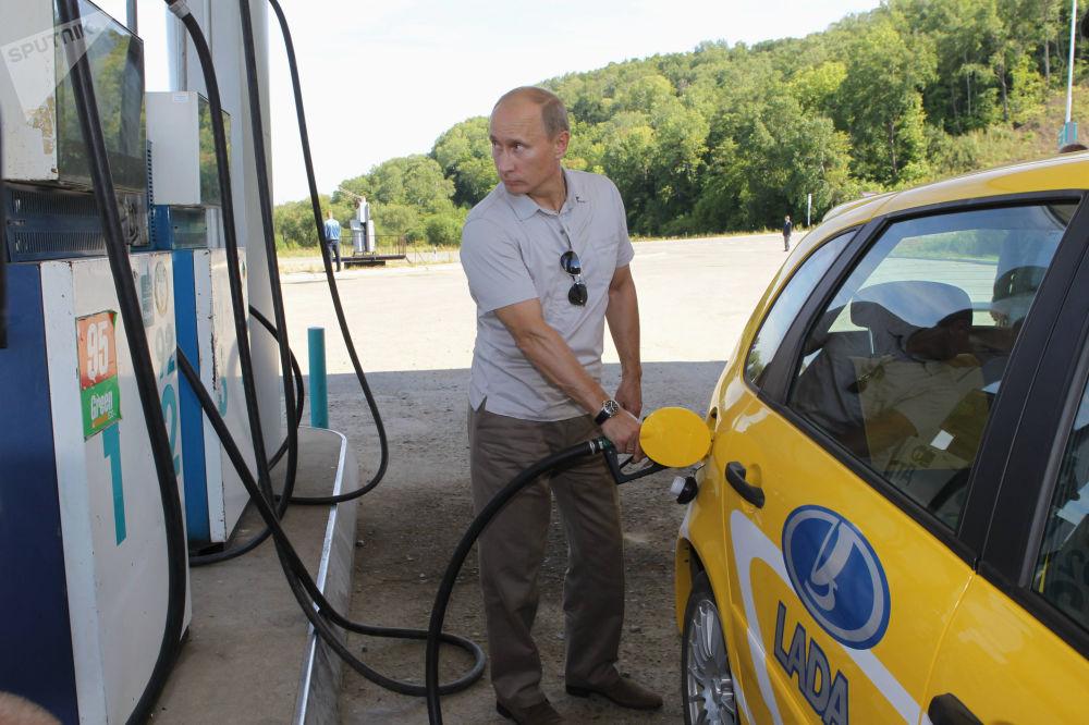 رئيس الوزراء الروسي فلاديمير بوتين يتوقف عند محطة بنزين، عام 2010