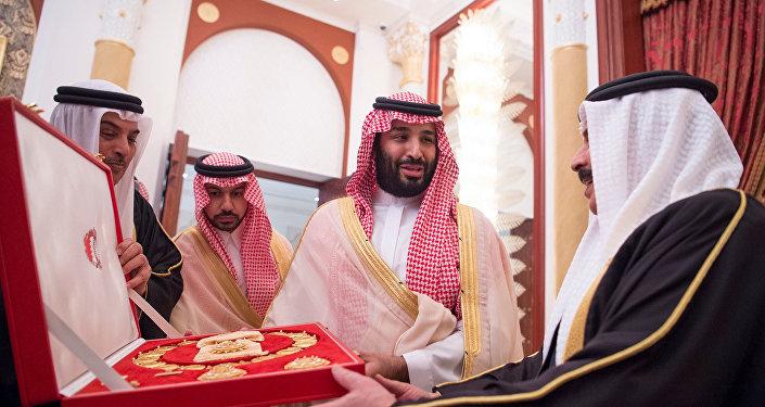 ولي عهد السعودية الأمير محمد بن سلمان يتسلم هدية من ملك البحرين حمد بن عيسى آل خليفة في المنامة، 26 نوفمبر/تشرين الثاني 2018