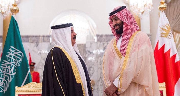 ولي عهد السعودية الأمير محمد بن سلمان يتحدث مع ملك البحرين حمد بن عيسى آل خليفة في المنامة، 26 نوفمبر/تشرين الثاني 2018