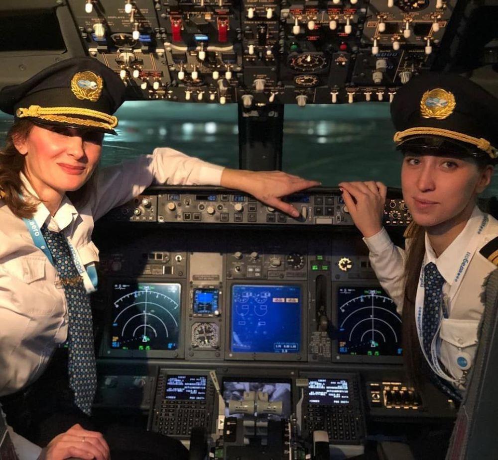 طاقم الطيران النسائي لشركة الطيران بوبيدا الروسية على متن الطائرة لرحلة موسكو - اسطنبول
