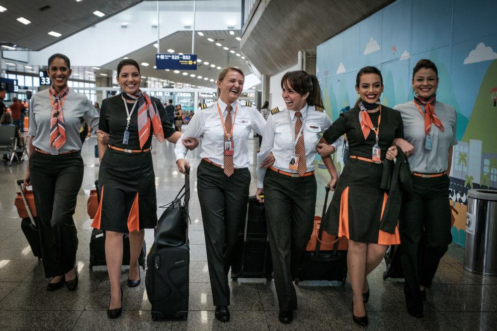 امرأة طيار البرازيلية كارنايرو دوارتي (الثالثة من اليمين) تسير برفقة طاقمها - نساء الطيارين - في مطار توم جوبن الدولي في ريو جدي جانيرو، البرازيل 2017