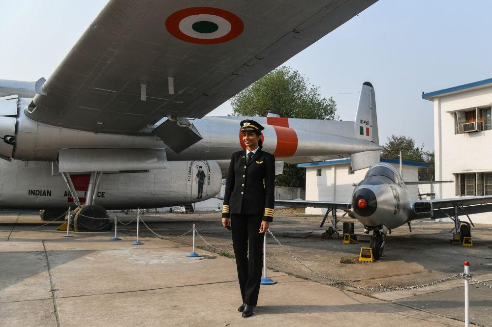 الهندية آني  ديفيا، تصبح أصغر امرأة طيار وقبطان طائرة بوينغ 777 في العالم، عام 2018