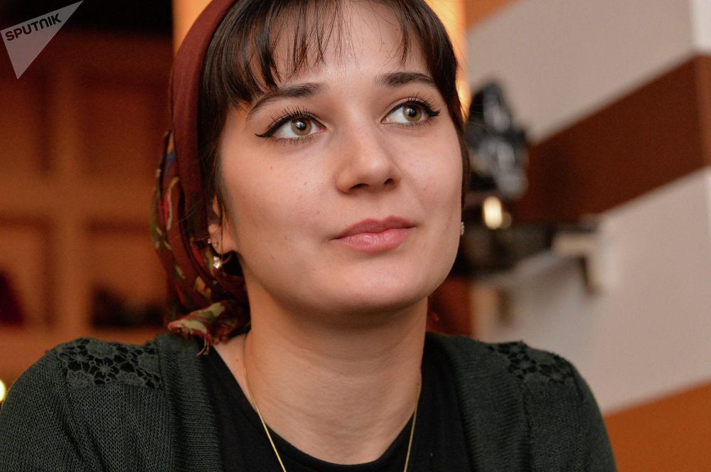 لارينا يفمورزايفا، امرأة مساعد-طيار لطائرة من طراز ياك-42 التابعة لشركة الطيران غروزني آفيا الشيشانية، روسيا