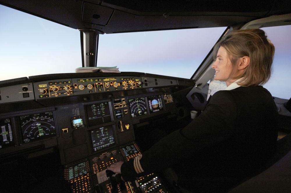 مساعدة الطيار لشرطة الطيران آير فرانس الفرنسية على متن طائرة آيروباص أ320