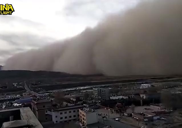 عاصفة رملية مروعة تضرب الصين
