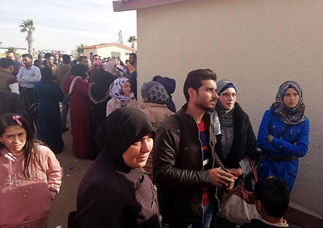 معبر نصيب يشهد عودة مئات السوريين من المخيمات الأردنية إلى درعا