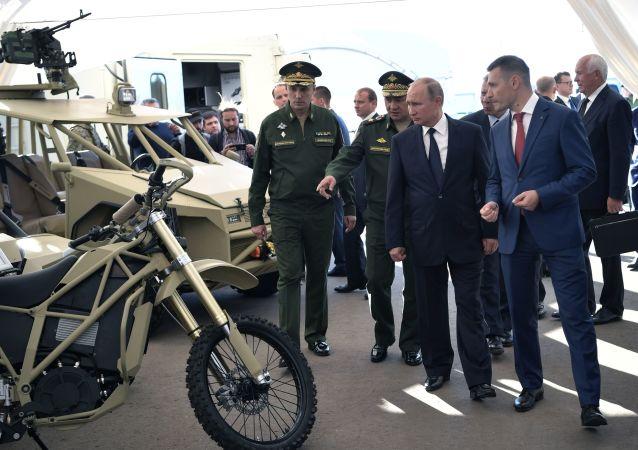بوتين يتفقد منتجات شركة كلاشنيكوف
