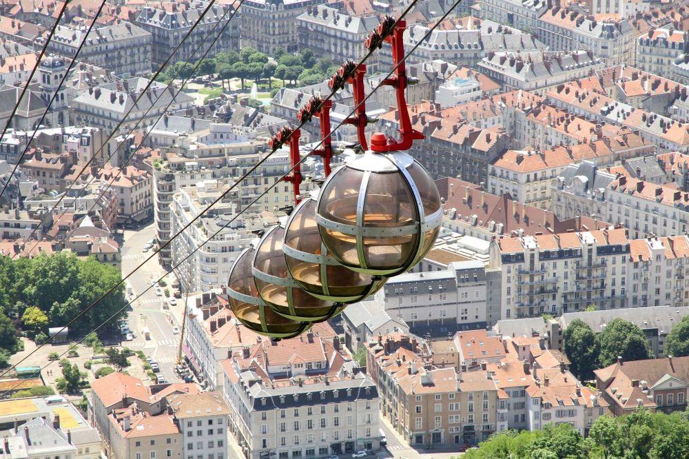 تلفريك فوق مدينة غرونوبل في فرنسا