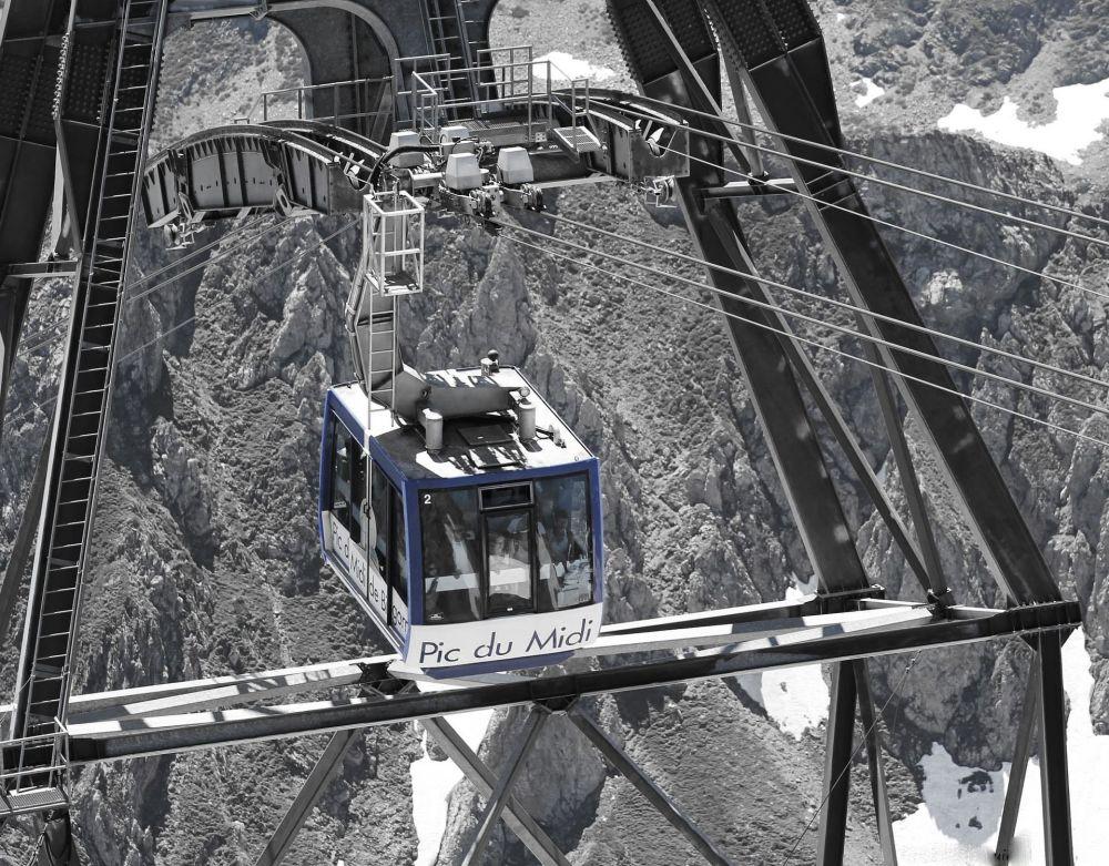 تلفريك  فوق جبال البرانس في جنوب فرنسا