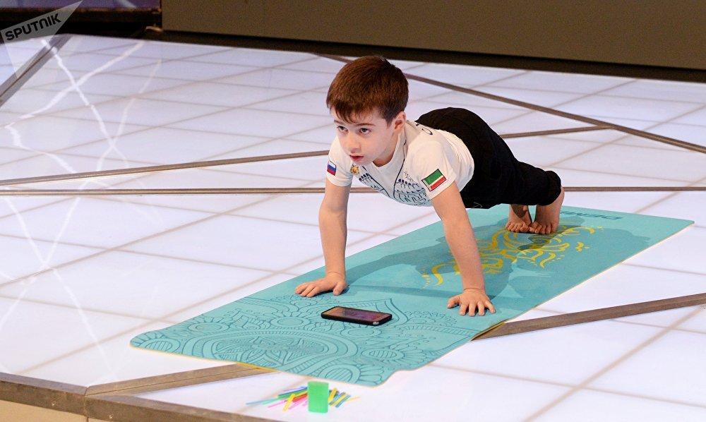 الطفل رحيم كورييف (5 سنوات) من جمهورية الشيشان الروسية حطم 6 أرقام قياسية عالمية، حيث قام بأداء تمرين الضغط 3202 مرة دون استراحة خلال ساعتين ونصف الساعة فقط.