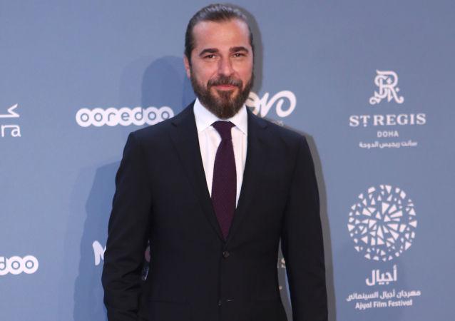 الممثل التركي إنغين ألتان على السجادة الحمراء في مهرجان أجيال للسينما في العاصمة القطرية الدوحة، 28 نوفمبر/ تشرين الثاني 2018